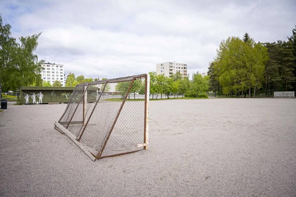 Lukas Hradecky ammensi ensimmäiset jalkapallo-oppinsa Nunnavuoren koulun hiekkakentältä Turun Runosmäessä.