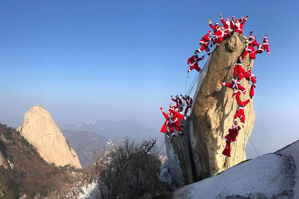 Etelä-Korean pääkaupungin Soulin lähistöllä sijaitsevalle Buckhan-vuorelle kiipesi joukko joulupukkiasuisia kiipeilijöitä jo 22. joulukuuta.