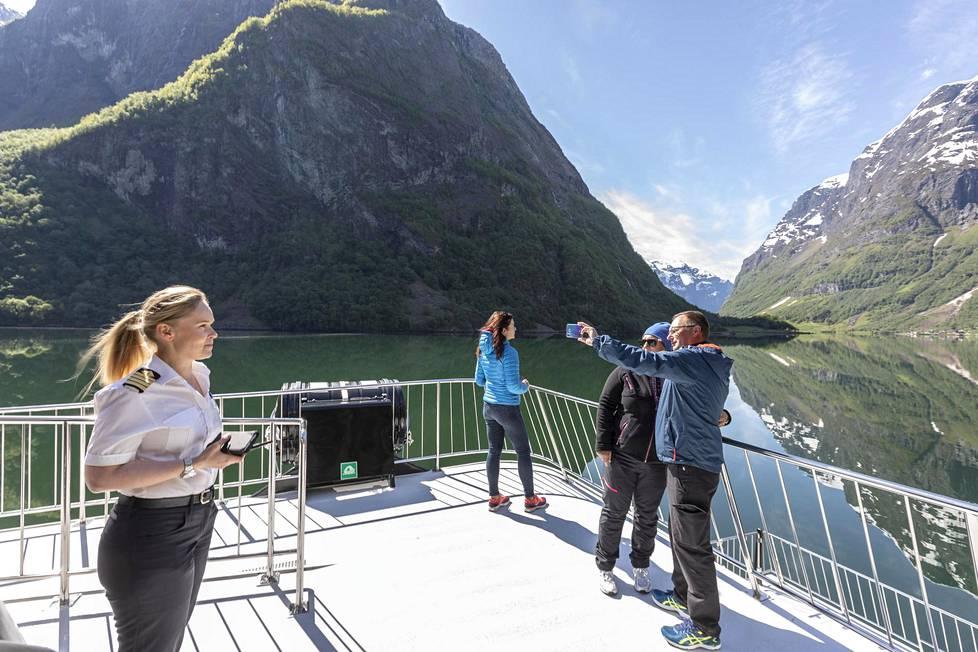 Suomalaisen Anu Ernstsenin kuljettama laiva on toistaiseksi ainoa vuonolla säännöllisesti kulkeva matkustaja-alus.