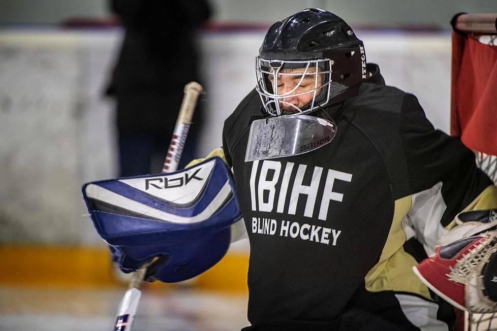 Maalivahti Markus Tihumäki osallistui Suomen ensimmäiselle näkövammaisten jääkiekkoleirille.