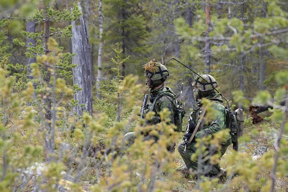 Kuvan sotilaiden mukana on digitaalinen kenttäradio LV 241.