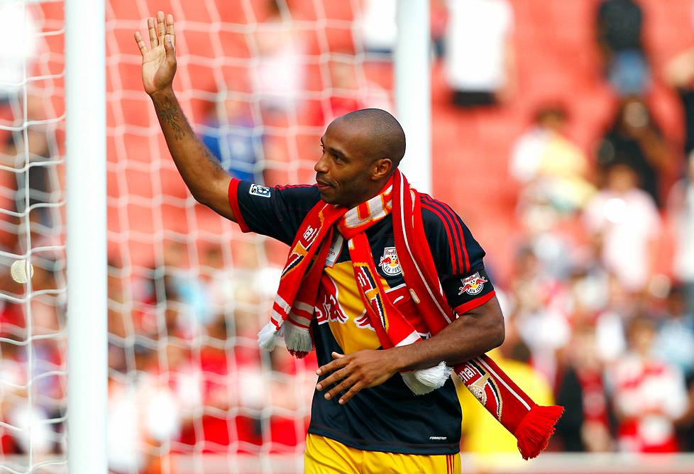 New York Red Bullsin Thierry Henry tervehti yleisöä Arsenalin huivi kaulassaan Emirates-stadionilla kesäkuussa 2011, kun Red Bulls ja Arsenal kohtasivat Emirates Cupissa Lontoossa.