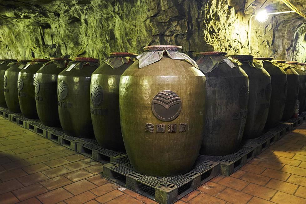 Gaoliang-viinaa säilötään ruukuissa vanhoissa luolissa. Viinatehtaan mukaan Kiinan ja Taiwanin sotavoimien edustajien tavatessa Taiwan antaa lahjaksi pullon Gaoliangia, Kiina omaa vastaavaa ylpeyttään Maotaita.
