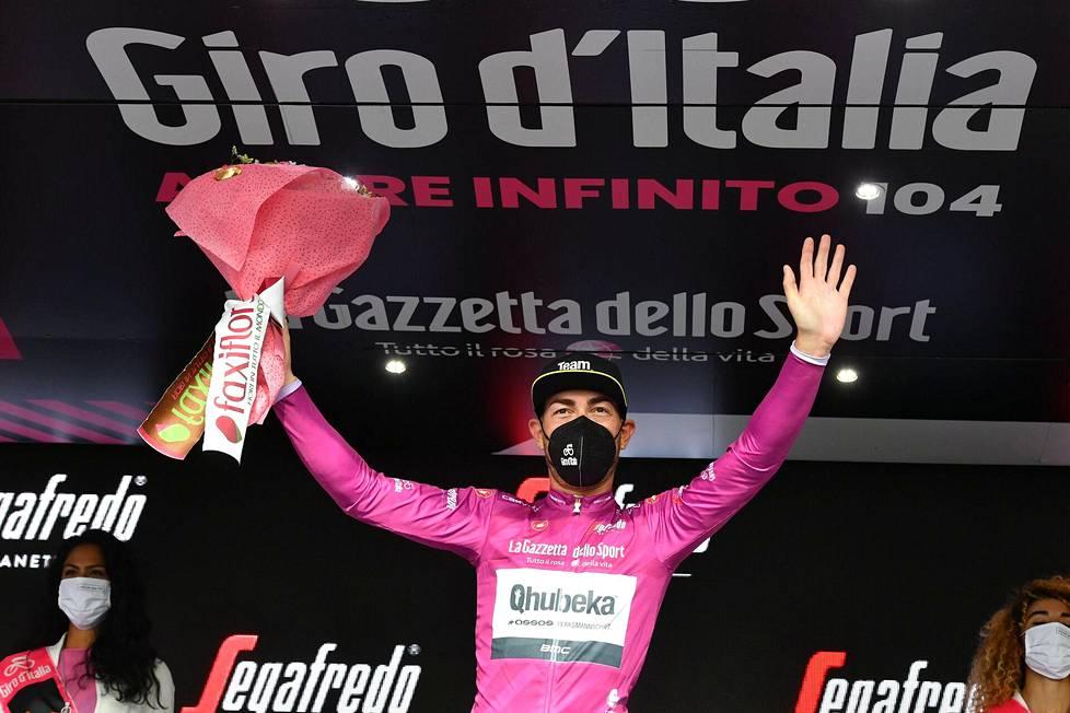 Pistekisan johtaja ajaa syklaamin värisessä paidassa. Kuuden etapin jälkeen paita kuului Qhubeka Assos -tallin ajajalle Giacomo Nizzololle.