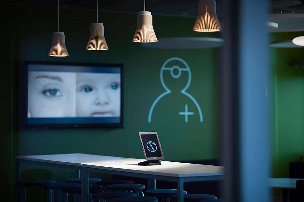 Watson Health Center sijaitsee Helsingin Munkkiniemessä IBM:n toimitalossa. Heti keskuksen aulassa on pöydällä iPad, joka hyödyntää Watsonin tekoälyä.