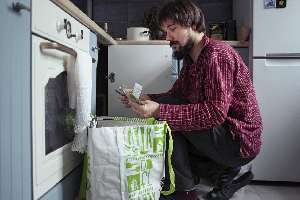 Moskovalainen Jegor Staroverov lajittelee jätteitä keittiössään Izmailovon kaupunginosassa.