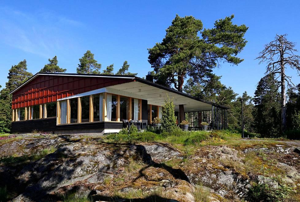 Alvar Aalto suunnitteli Enso-Gutzeitin paviljongin maiseman ehdoilla. Terassin yllä leijuu lippa, jonka läpi kasvaa mänty. Lasiseinä on lisätty äskettäin.