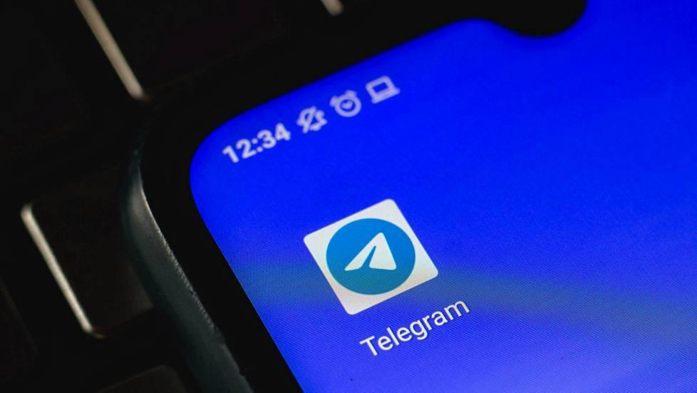 Telegramin logo älypuhelimen näytöllä.