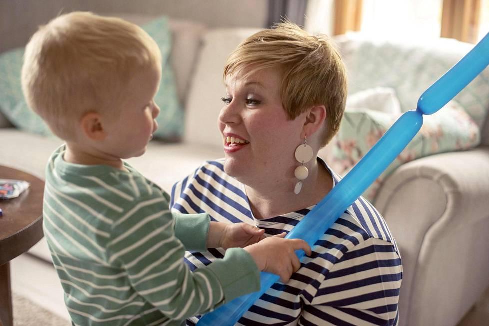 Annika Saarikko leikkii poikansa Aarnin kanssa perheen kotona Turussa.