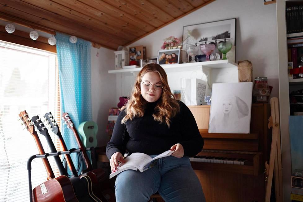 Kangasalla asuva abi Hanna Välimäki kirjoitti torstaina lyhyen ranskan. Hän preppasi kielitaitoaan oppikirjojen lisäksi kuuntelemalla ranskankielistä musiikkia, katsomalla tv-sarjoja ja lukemalla muotijuttuja.