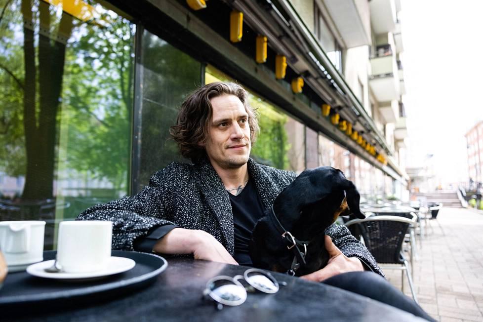 Valokuvaaja Jarno Jussila istahti mäyräkoira Junon kanssa töölöläisravintolan terassille.