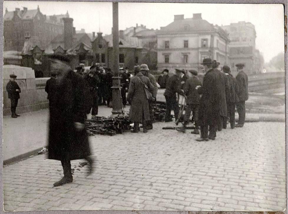 Pitkälläsillan eteläpäässä 13. huhtikuuta 1918 Helmi Koistinen tapasi joukon miehiä ja keoksi viskattuja kiväärejä. Artikkelin kuvat Helmi Koistisen kotialbumista.
