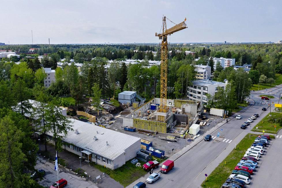 Suursuon vanha päiväkoti ja uuden päiväkodin rakennustyömaa Helsingin Maunulassa.