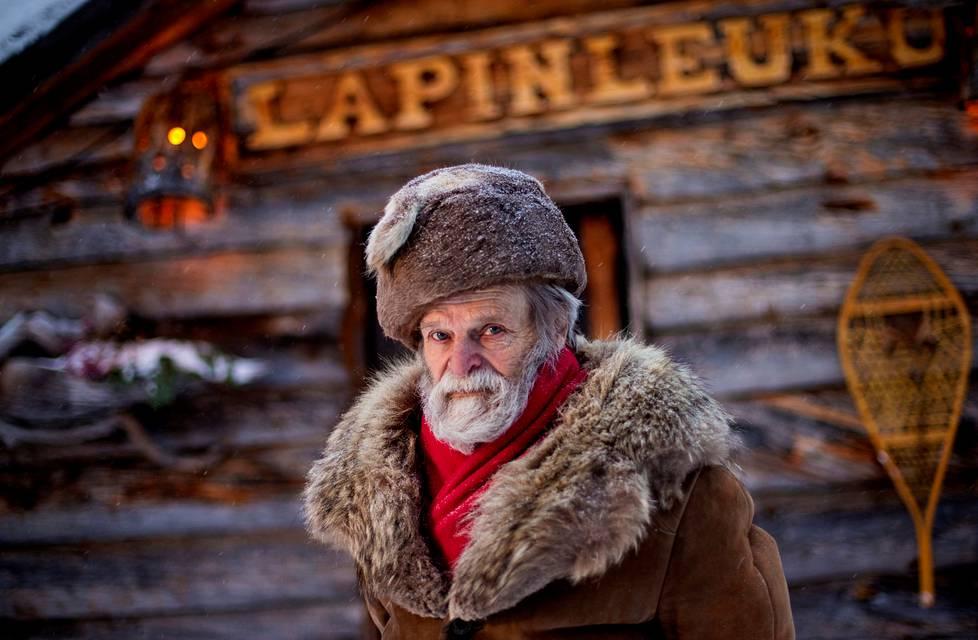 Erähotelli Lapinleukun omistaja Timo Sarkoja rakensi majoitusyrityksensä nykyistä päärakennusta yli kymmenen vuotta.